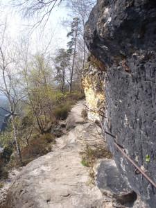 Schmale Stelle mit alten Eisen überm Falkoniergrund