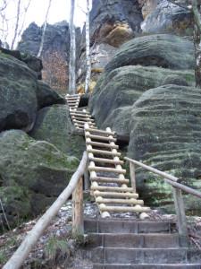 Holzleitern am Zugang
